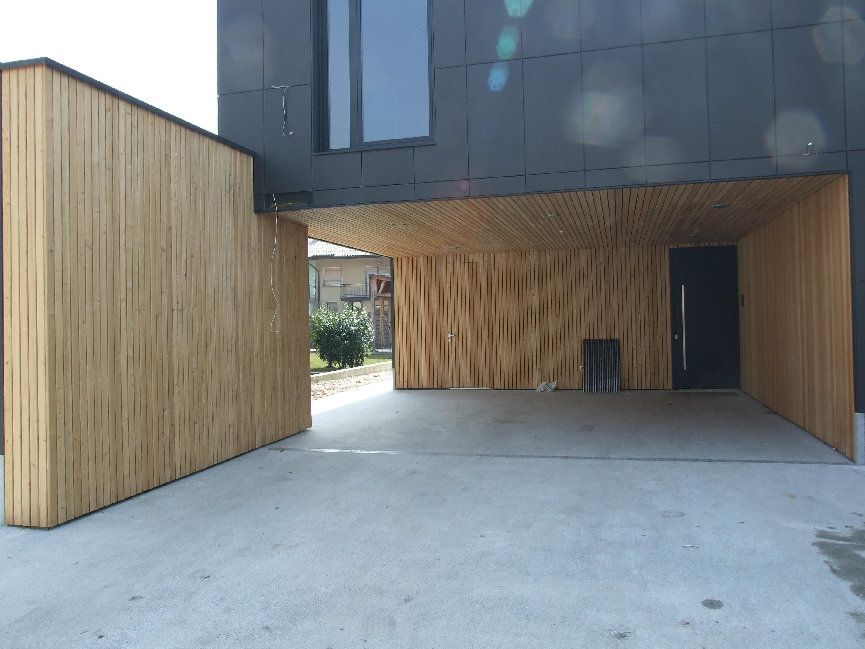Lesena fasada Vič - vhod v hišo