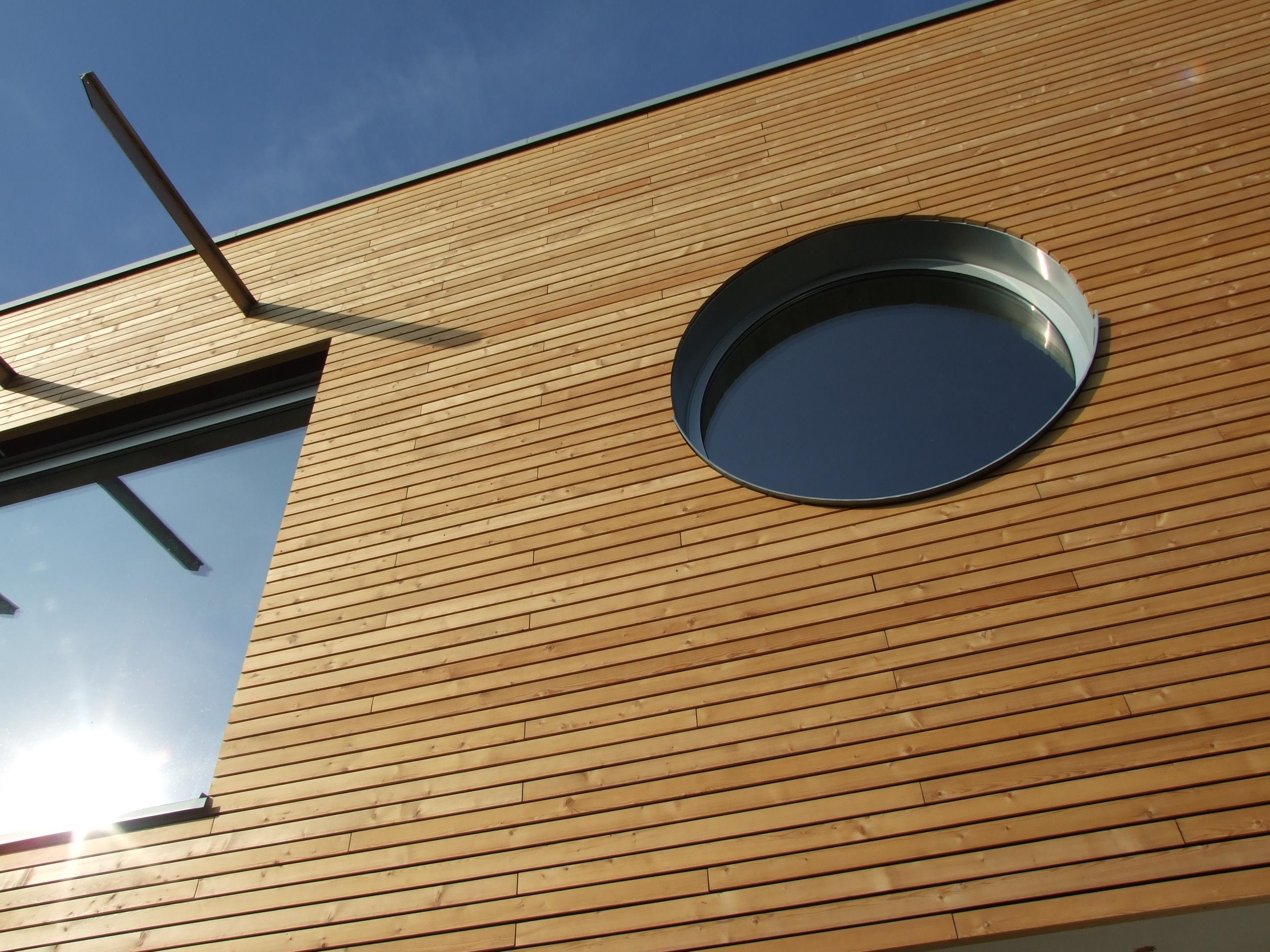 Lesena fasada Mozjanca - sibirski macesen - okroglo okno